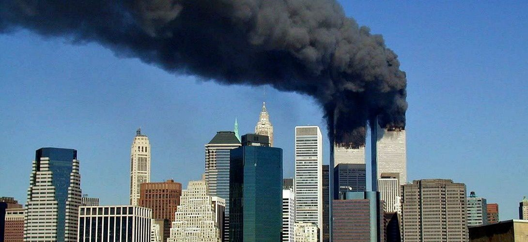 Crédits : Wikimedia https://upload.wikimedia.org/wikipedia/commons/thumb/3/35/WTC_smoking_on_9-11.jpeg/1280px-WTC_smoking_on_9-11.jpeg