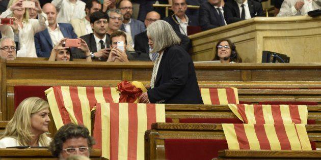 AFP Des drapeaux espagnols laissés par les députés du Parti populaire avant le vote au parlement catalan de Barcelone le 6 septembre 2017.