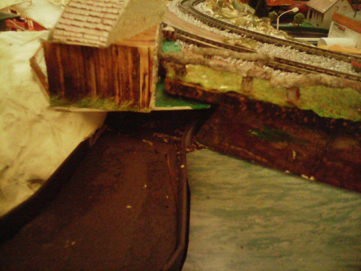 De retour sur le barrage avec le dessous du chalet, le revêtement de sol, la mise en peinture du cours d'eau etc...bref il y aura du pain sur la planche !