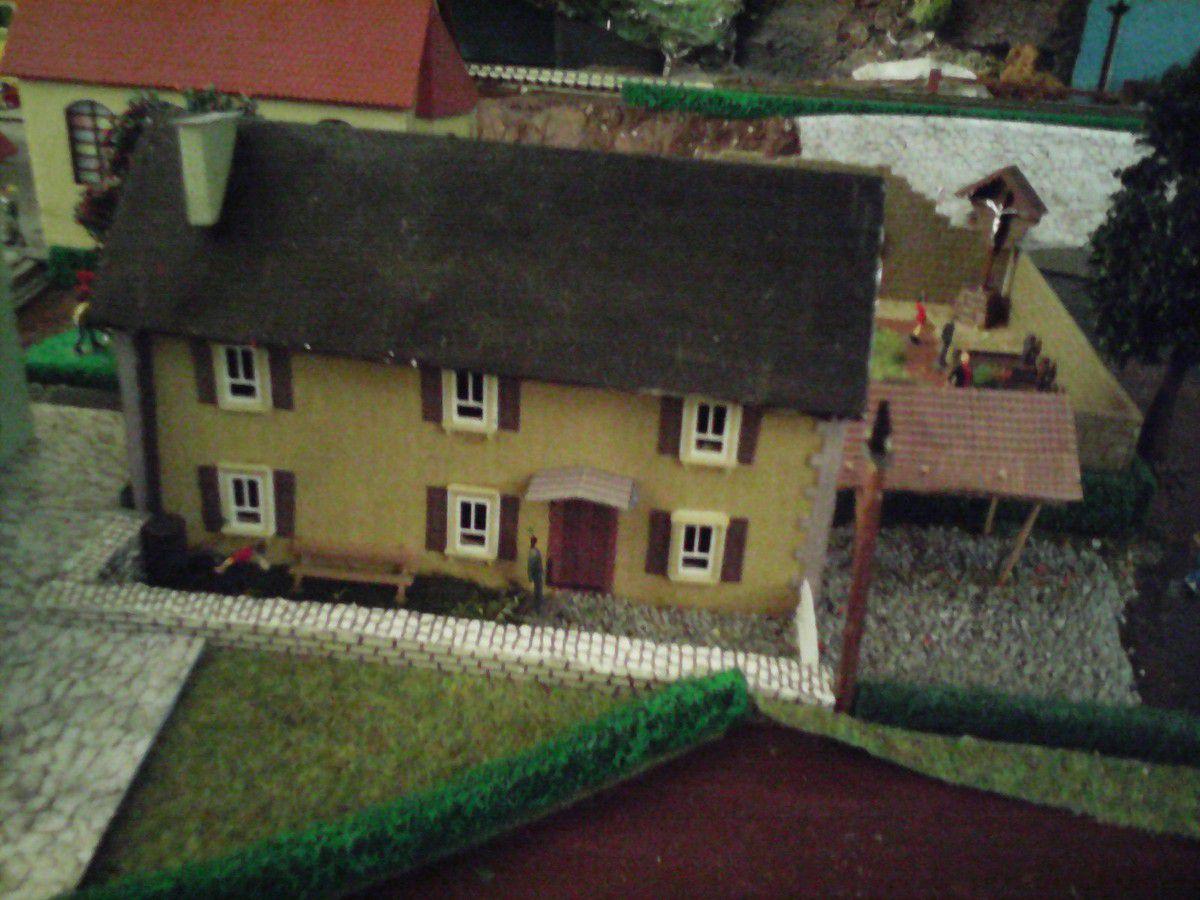Une de mes toutes premières réalisations, cette maison est 100% écolo : le toit est en feuille d'aluminium, la charpente et les murs sont en carton, les gouttières sont en coton tige. Seuls les huisseries sont issues d'un kit de la marque Auagen.