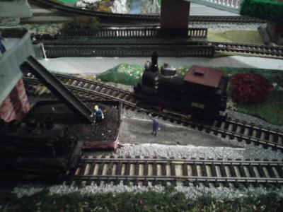 Le train train quotidien avec le chassé croisé des locomotives près du toboggan à charbon du dépôt des vapeurs.