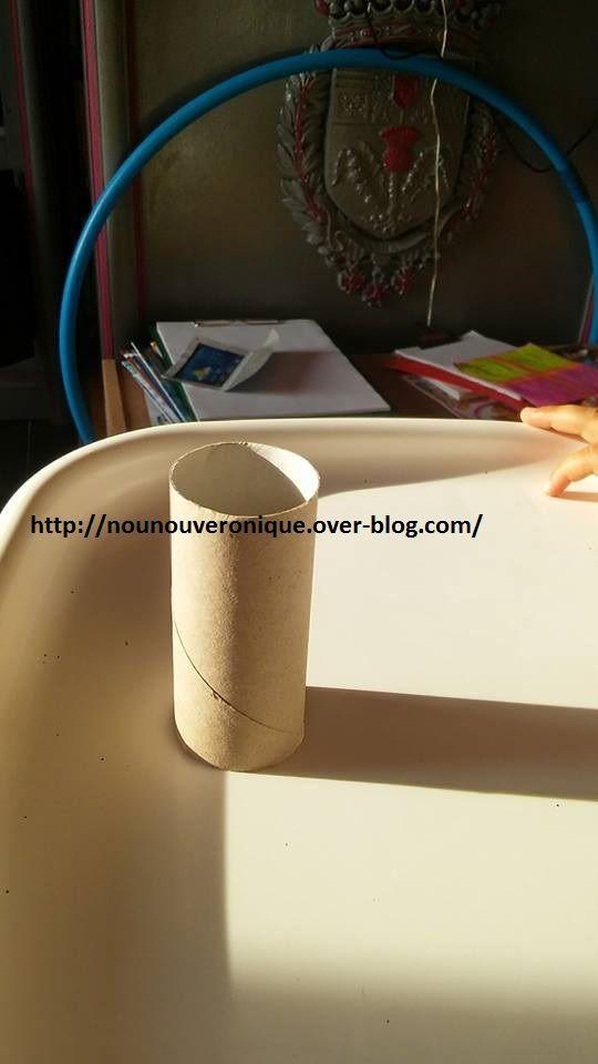 Applatir le rouleau de papier toilette puis laissier l'enfant peindre le rouleau. Découper tous les centimetre le rouleau. Puis coller entre elles les bandes. Entre chaque branche de l'étoile, coller des bandes de rouleau plier en 2. Encoller les dessus et laisser l'enfant mettre des paillettes. Il y a plus qu'à la suspendre!!