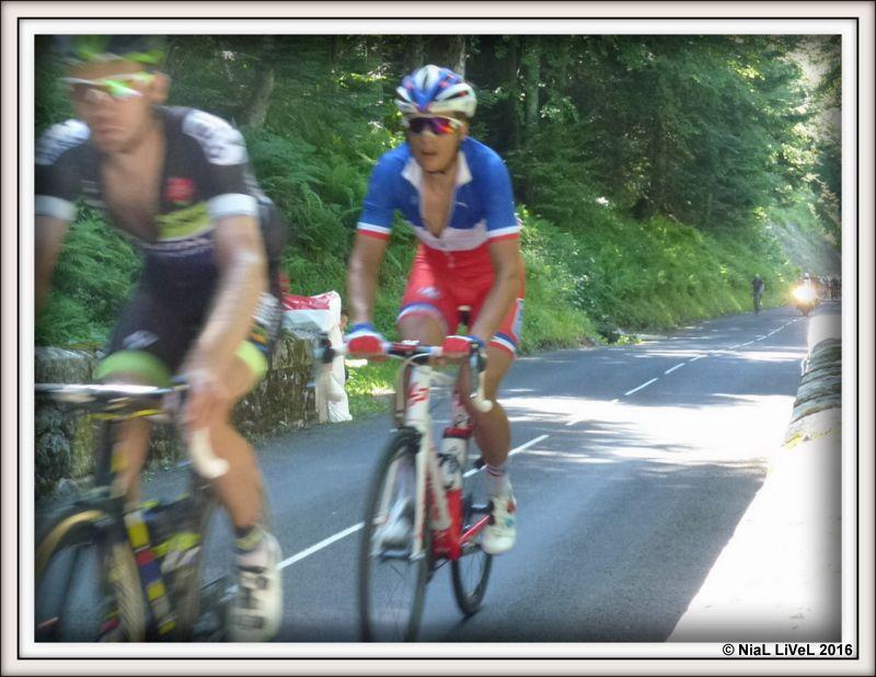 Dans le peloton, les Movistar impose le rythme. Sagan, maillot jaune s'accroche encore, puis quelques attardés : Vichot champion de France, Cancelara....