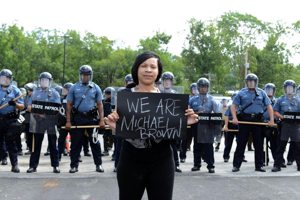 USA:  lors d'un rassemblement en hommage à Michael Brown à Ferguson, des coups de feu ont été tirés