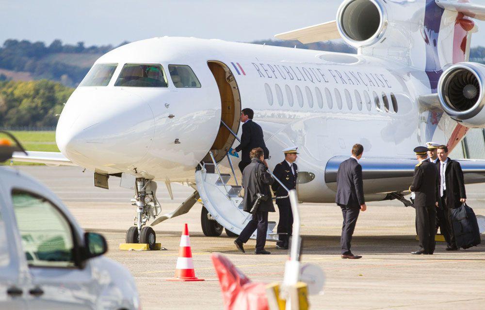 Manuel Valls montant dans le jet présidentiel