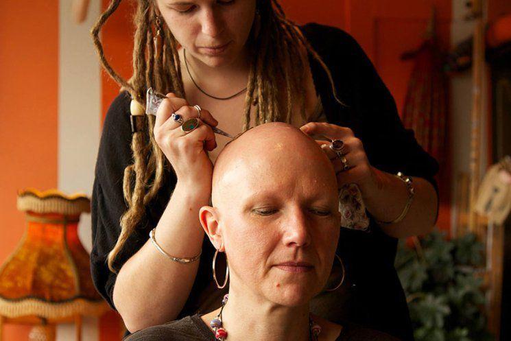 Ces élégants tatouages au hénné aident, les Femmes atteintes d'un Cancer à faire face à leur perte de cheveux