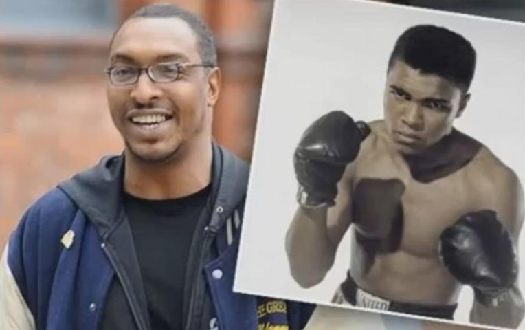 Mohamed Ali Jr ( à gauche) et une photo de son père le légendaire Mohamed Ali