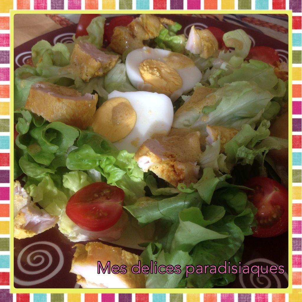 Salade au poulet curcuma, tomates cerises, et son toast grillé au pavé d'affinois