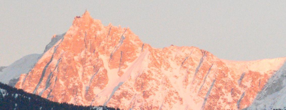 Un voile rosâtre habille le Mont-Blanc....