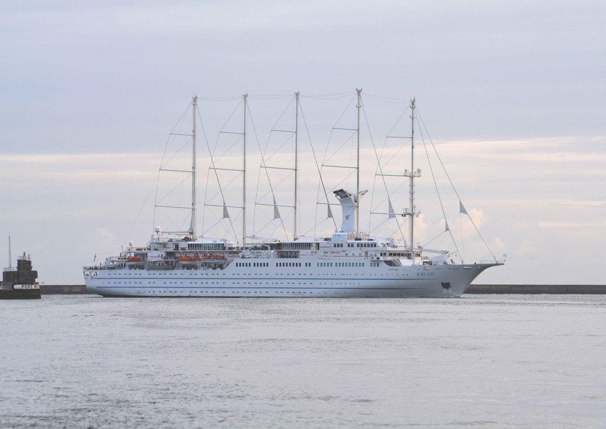 En images, l'arrivée du paquebot Wind Surf à Cherbourg