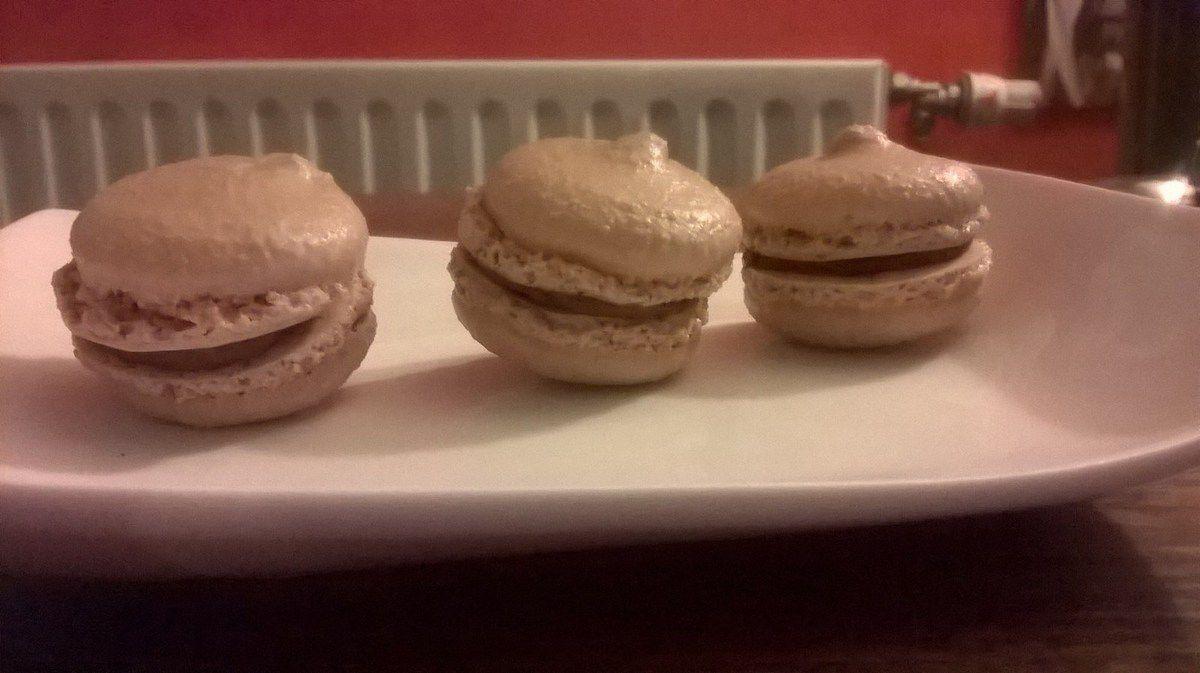 macarons chocolat moka et meringues française.