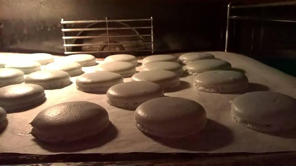 Voici les coques de macarons prêtent à être garni.