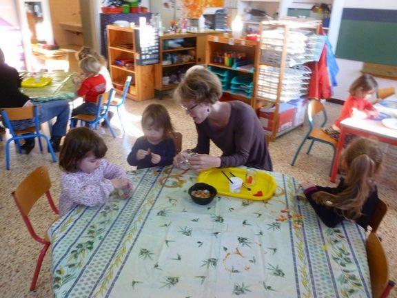 Ateliers en maternelle : merci aux mamans qui sont venues nous aider