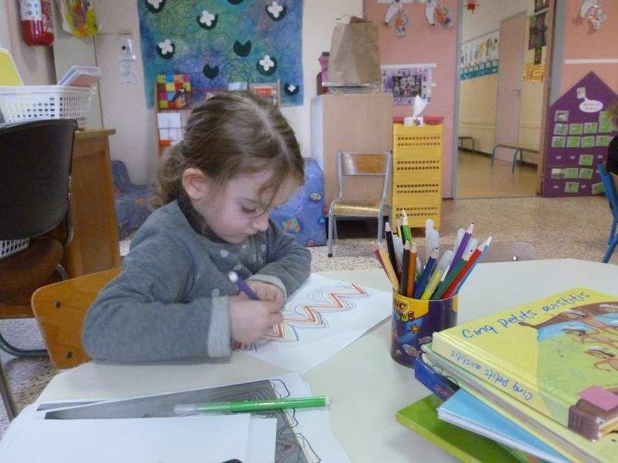 Le travail dans les ateliers : puzzles, graphisme, peinture, modelage...