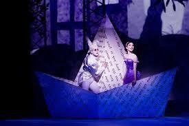 Voyage du lapin (aux airs d'Elton John) et d'Alice sur un bateau de papier...