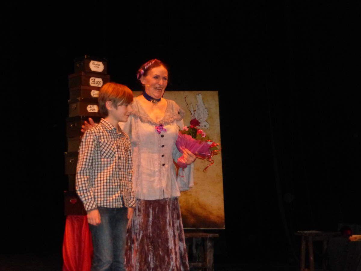 Tristan heureux d'offrir un bouquet de fleurs à sa marraine culturelle.