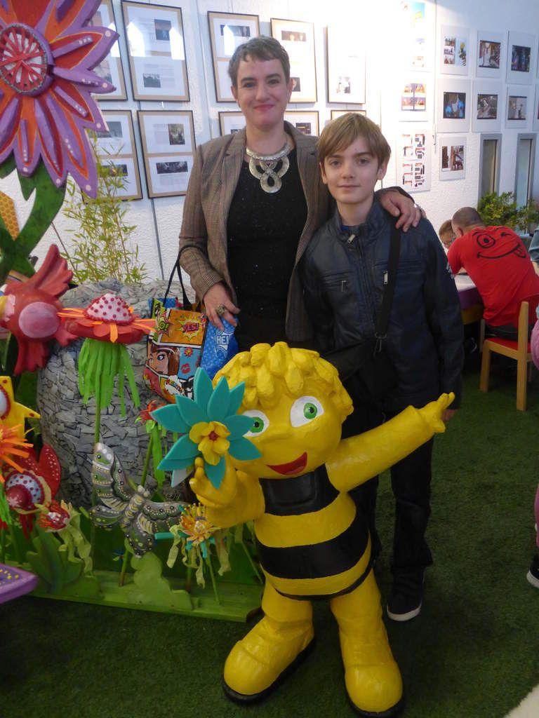 Dans un pays de tous les temps (tu, tutu) Vit la plus belle des abeilles, que l'on ait vue depuis longtemps (tu, tutu) s'envoler à travers le ciel...Cette petite abeille porte le nom de MAYAAAAAAAAAAAAAAAAAAAAAAAAAAAAAAAA, petite oui mais espiègle MAYAAAAAAAAAAAAAAAA qui n'a vraiment peur de rien, qui suit toujours son chemin...