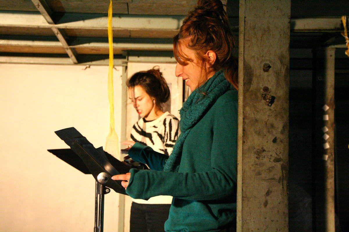 Pour clôturer en beauté la deuxième édition de ces Journées du TRI, Histoire d'A investit le petit salon, jouant avec les hamacs et la lumière pour revisiter leurs scénettes chantées. Un très beau moment.