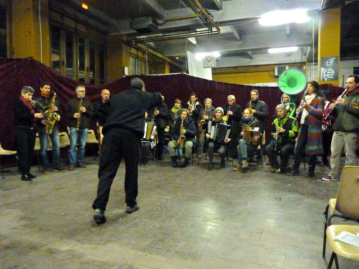 Pour l'atelier Soundpainting mené par Sylvain de Lance-Croquettes, le RDC du TRI se rhabille. Un nouvel espace se créé par l'installation des pendrillons. Un espace de pratique musicale collective, d'expérimentation du soundpainting, transformé en réelle salle de concert.