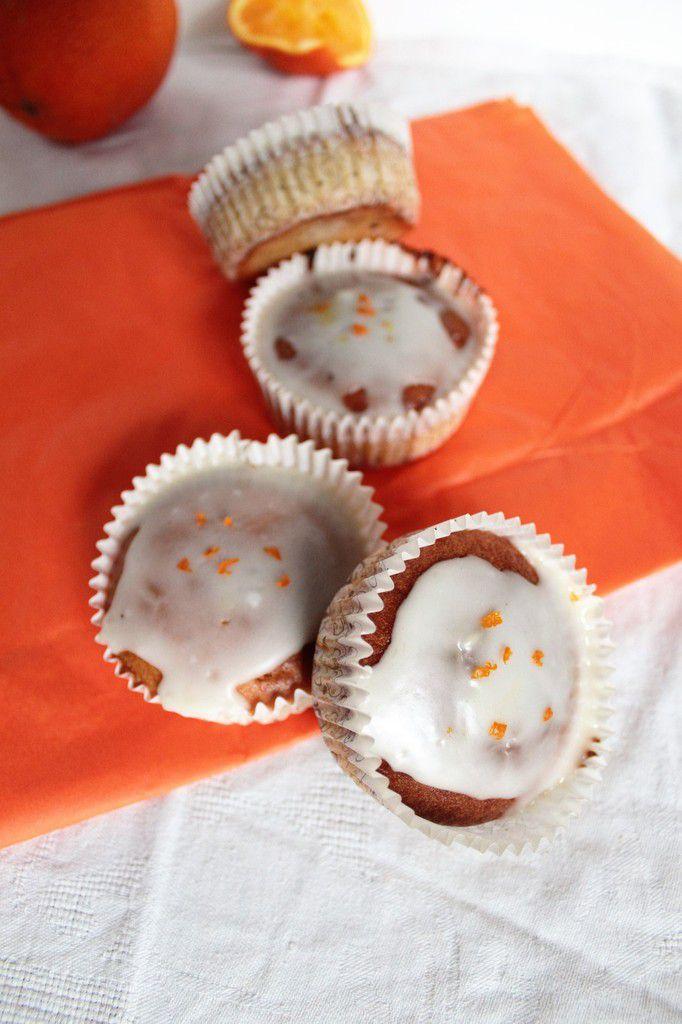 Petits muffins comme des cupcakes à l'orange.