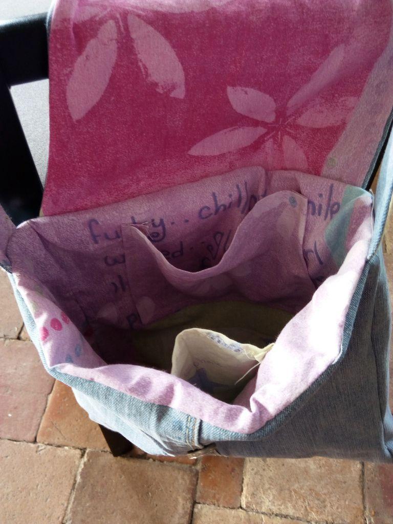 Un sac à main dans un vieux jeans