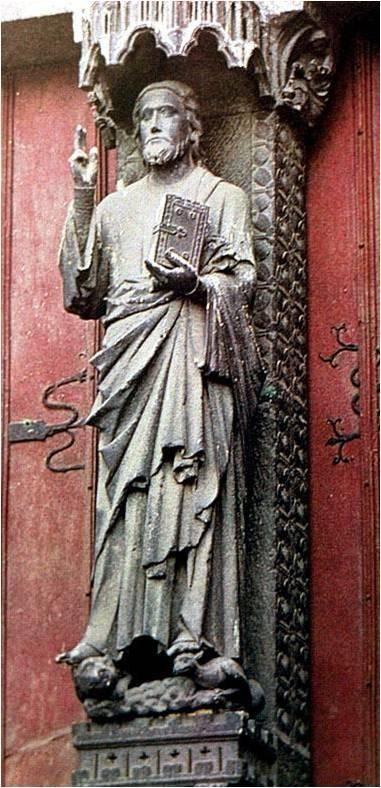 """Le """"Beau Dieu d'Amiens"""" (Cathédrale, 13° s.) : le Christ enseigne debout, les pieds sur le lion et le dragon."""