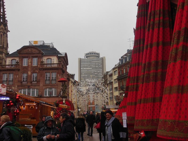 La Tour de l'Europe se profile au-dessus des rues animées