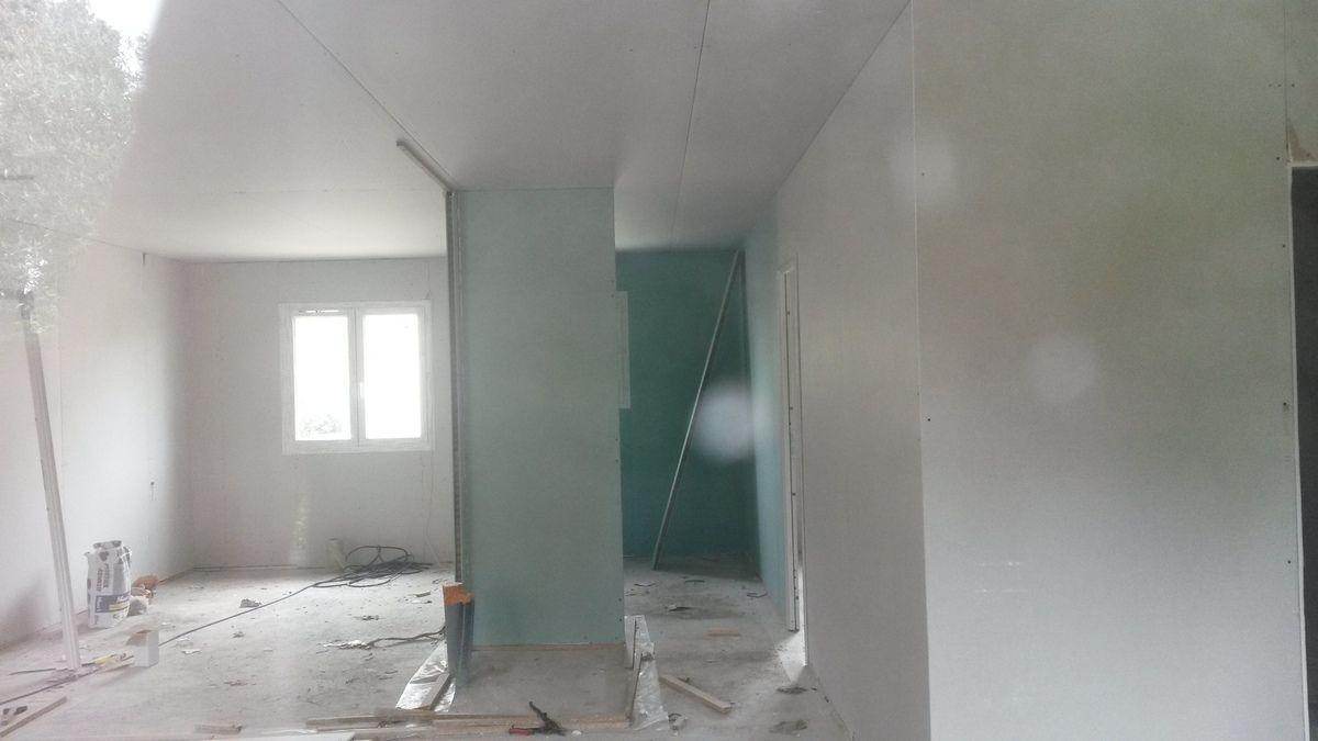 Le plaquiste aura commencé debut mai. On peut enfin voir les espaces des pieces interieurs.