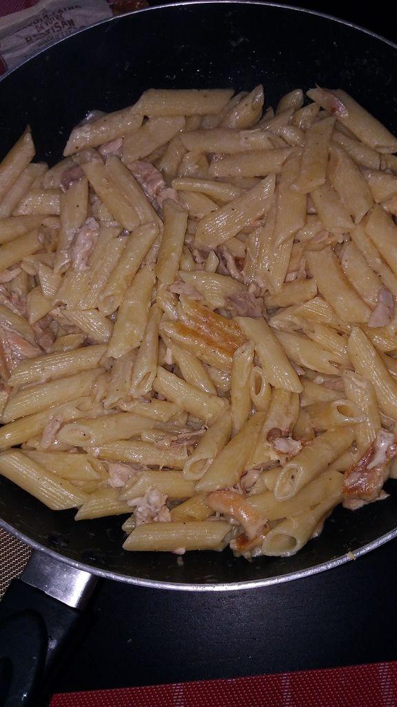 Pâtes ail/parmesan et restes de poulet.