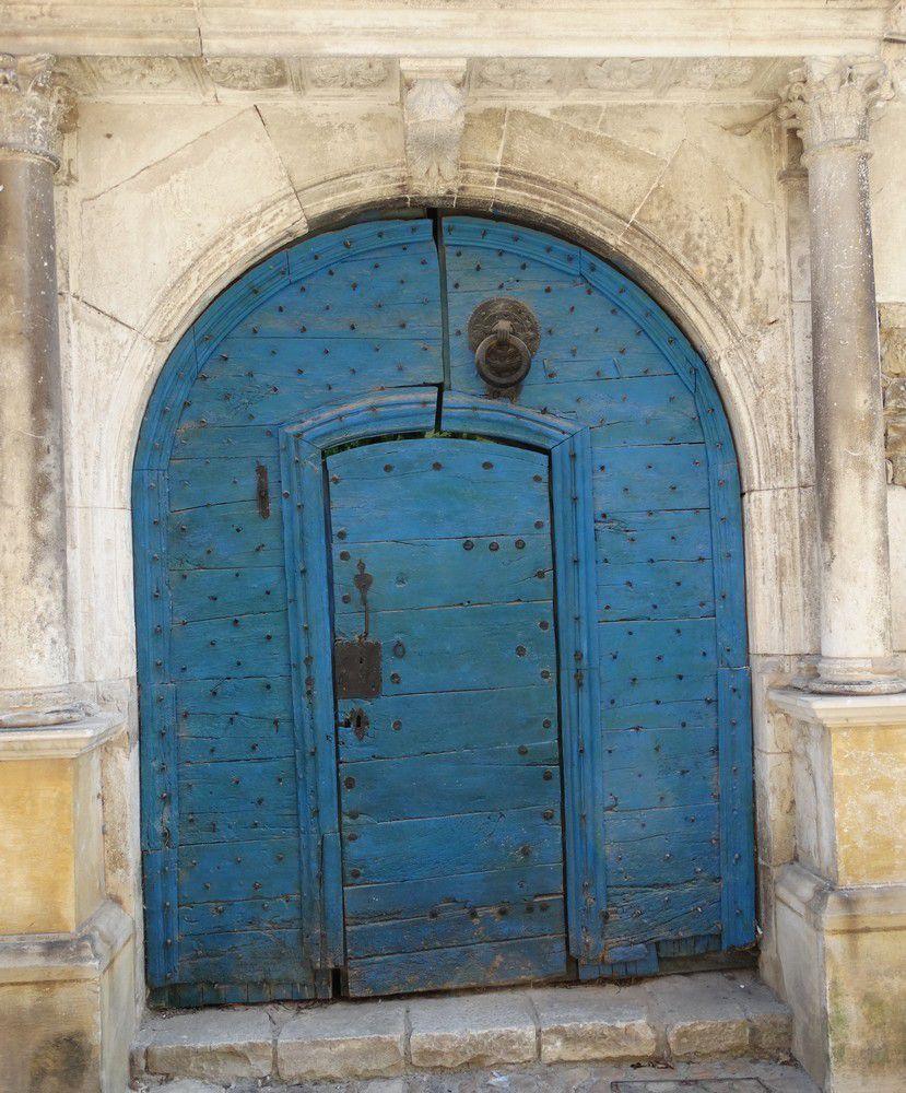 Photos 1 à 3 : vieilles bâtisses, photos 4 et 5 : enseignes, photo 6 : porte bleue avec heurtoir pour géant, photo 7 : charpente de la halle