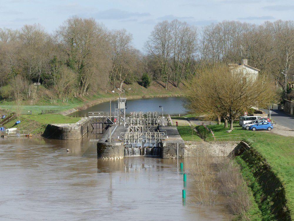 Castets en Dorthe : le pont et le canal...