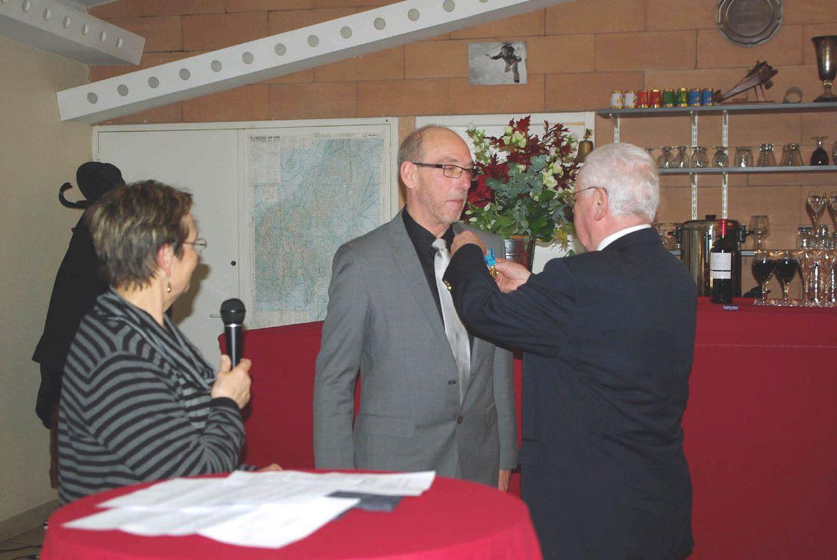 Pierre Prigent reçoit sa décoration des mains de Jean Claude Estrier.