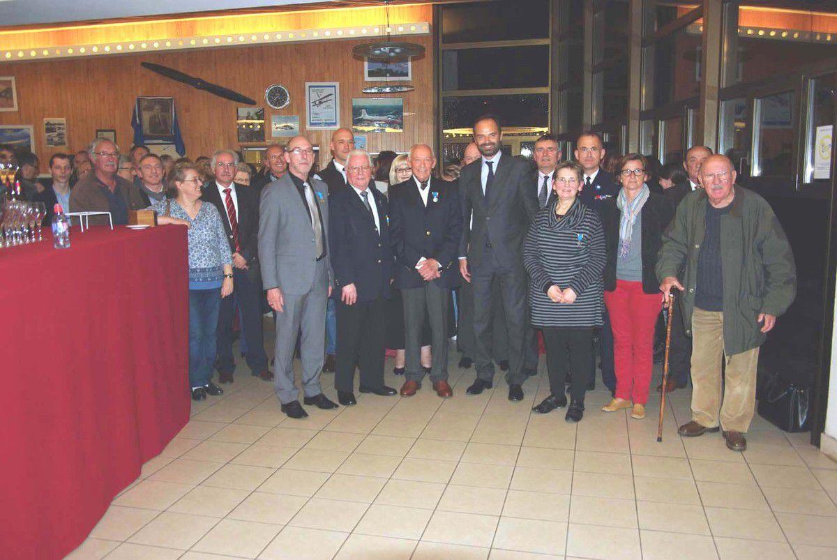 Photo de groupe avec membres et anciens membres de l'ACH, élus et récipiendaires.