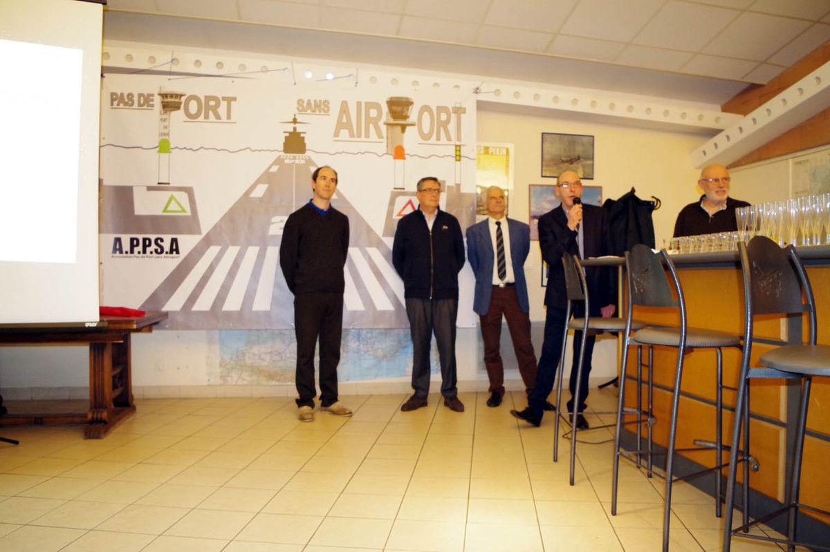 Devant la nouvelle bannière de l'APPSA (l'association de promotion de l'aéroport), Pierre Prigent (Président de l'Aéro-club) est au micro devant quelques membres.
