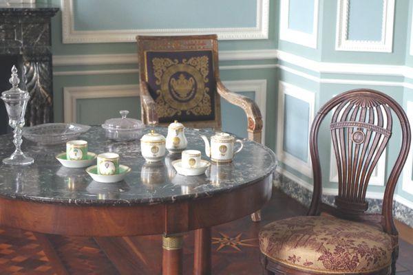 Le mobilier est également présent, comme ces chaises, lustres, pendules et commodes en marquetterie.