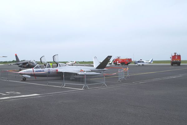 Les pompiers de l'Aéroport ont montré leurs beaux camions rouge autour des avions.