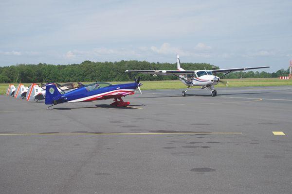 Le Cessna Caravan d'Abeille passant devant une partie des appareils présents.