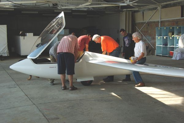 Le remontage des machines à l'ombre du hangar.