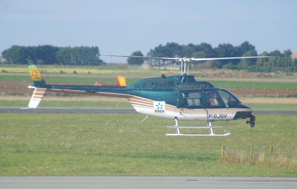 On commence par un hélico que l'on a déjà vu, mais à Saint Romain et baché. Voici resplendissant le Bell 206 Jet Ranger F-GJGV de Touraine Helicoptere.