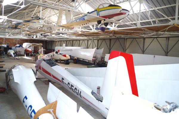 Les vieux planeurs démontés ont prit place dans les charpentes du hangar, récemment refait.