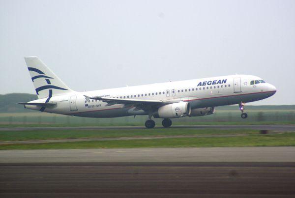 L'Airbus A-320 SX-DVR de la compagnie grecque Aegean.