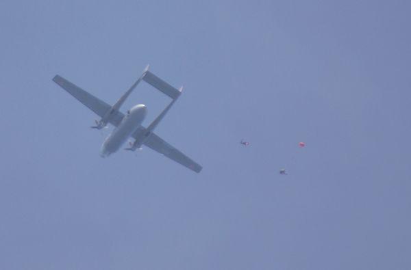Largage des parachutistes.