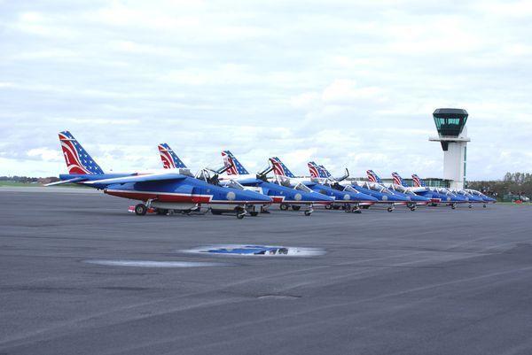 Une belle ligne de neuf avions bleus.