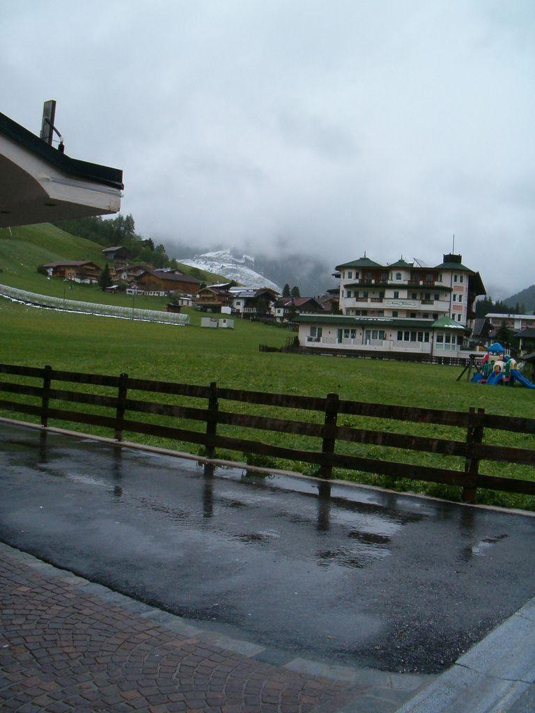 Neige, pluie, et vent dans un village fantôme !