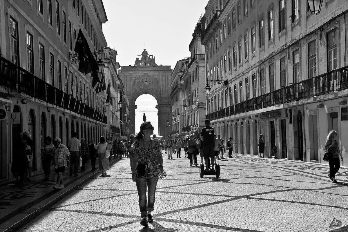 """Les """"Champs Elysées"""" de Lisbonne, terrain de jeux des artistes de rue."""