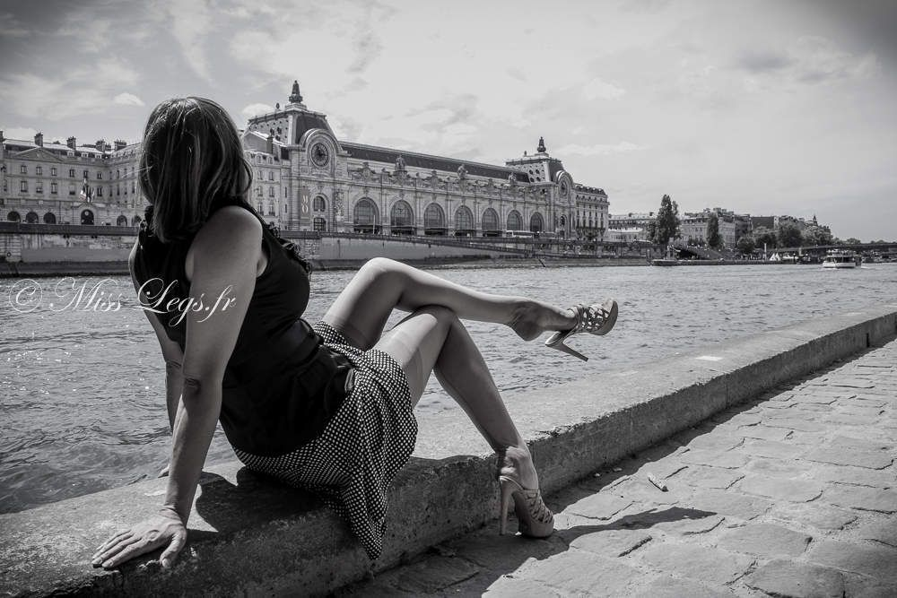 La Parisienne ôte ses bas nylon !