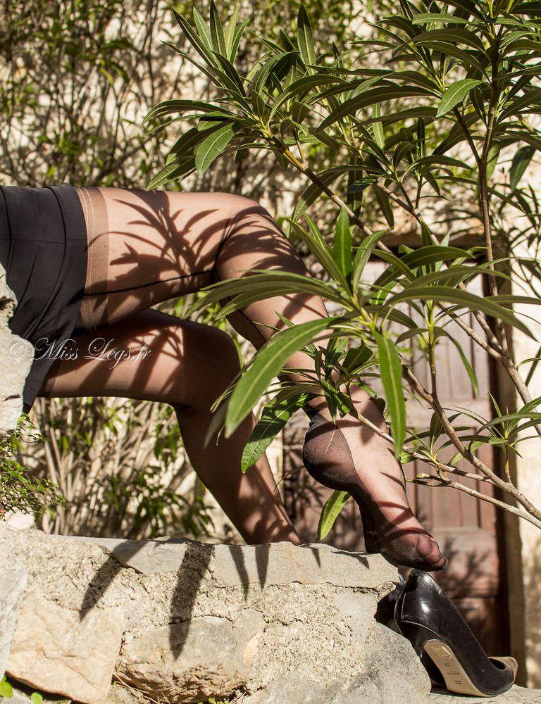 Détails soyeux de mes pieds nylonnés en bas couture noirs Tentation