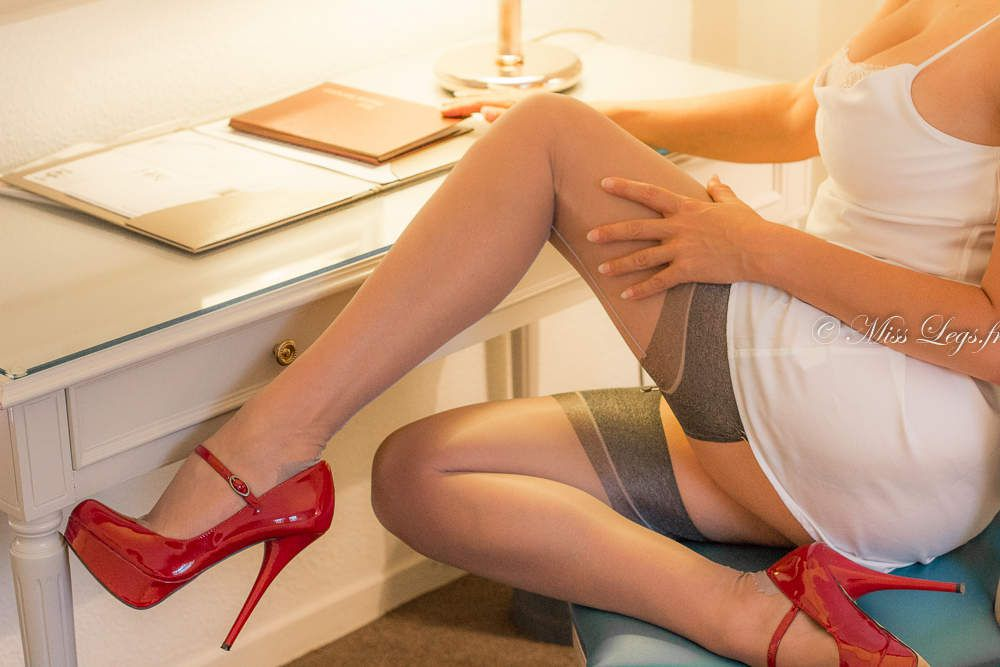 Bas nylon couture Séduction gris Cervin - escarpins vernis Steven Madden - nuisette Triumph