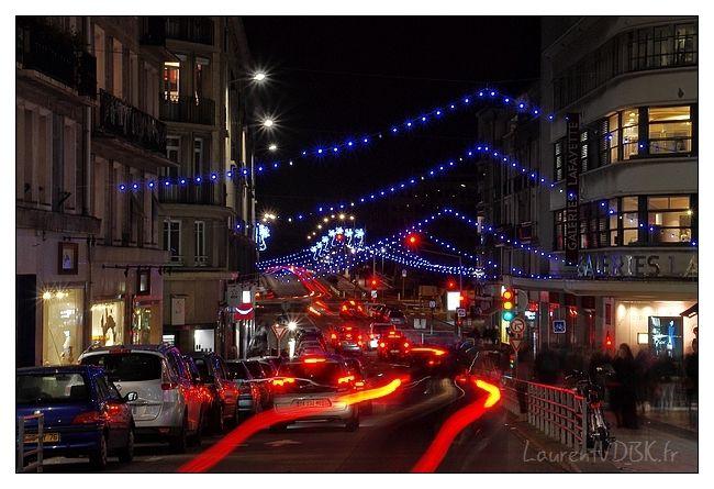 ( Illuminations Noël Rouen nuit- Feux des voitures rue Grand Pont, pose longue )