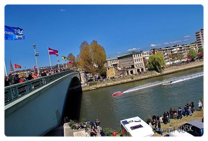 24 heures motonautiques de Rouen 2016 - Passage des hors-bord sous le pont Corneille avec tous les spectateurs